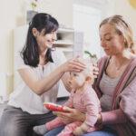 Kleinkind mit Mutter und Therapeutin